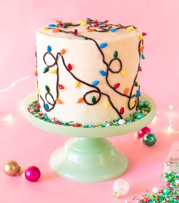 Easy Christmas Light Cake // Make this easy Christmas cake with Wilton sprinkles and licorice strands! Celebrate your holiday party in style with an easy cake decorating idea #christmas #christmasdessert #foodart #cakedecorating #christmasdiy #christmaslights #layercake #christmascake #holidayfood