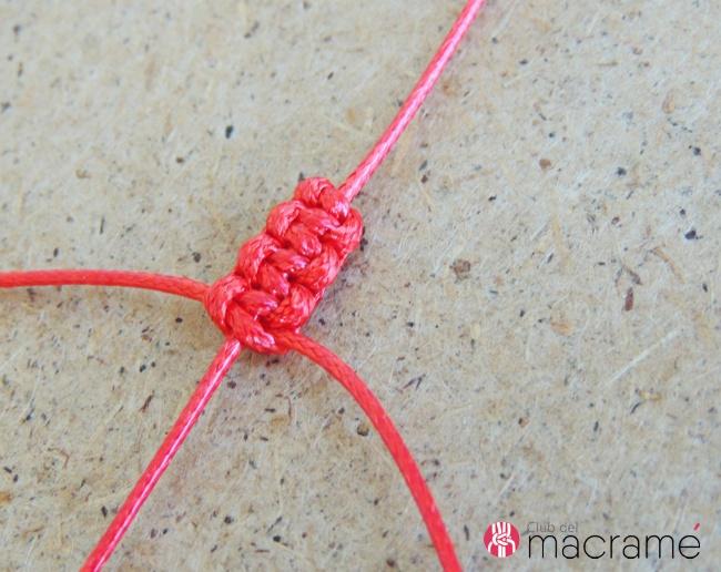 2744c0ebf843 Cómo hacer una pulsera de macramé paso a paso - Aprende a tejer esta ...