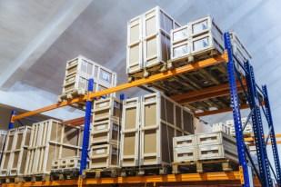 grande-armazem-de-caminhoes-loja-por-atacado-com-caixas-de-papelao_95891-1616