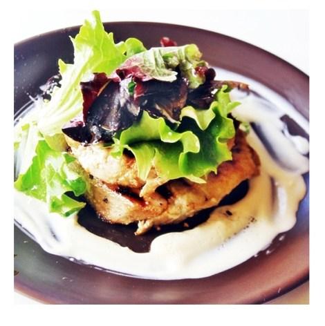 Bife de Atum chapeado com molho especial de iogurte e aroma de trufa