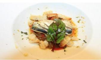 Bruschettas de sardinha em refugado de pimentos e cebola