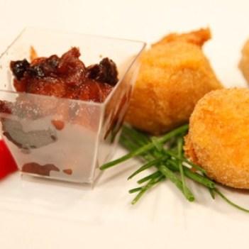 Crocantes de alheira com azeitonas sobre puré de maçãs e ameixas secas