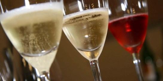 Da esquerda para a direita: Copo com espumante branco, copo com frisante branco e copo com frisante rosé