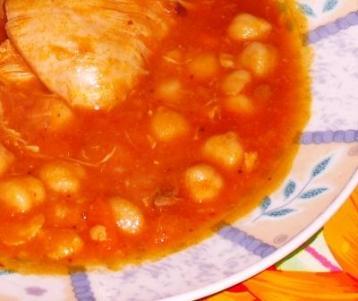 Frango com grão-de-bico ao molho de tomate