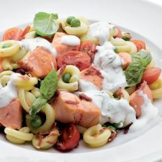 Massada de Salmao com bacon tomate manjericao e molho de iogurte