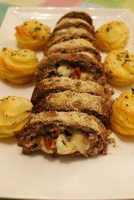 Rolo de carne com queijo, manjericão e tomate seco