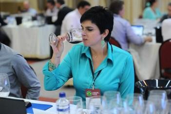 luciane degustando vinhos 7o concurso internacional ABE