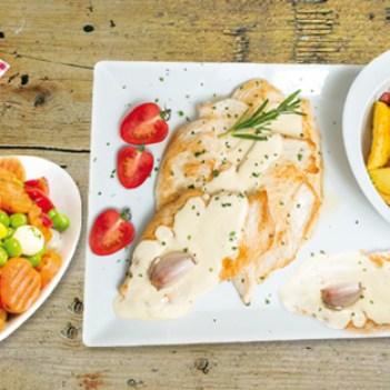 Bifes de frango com molho de iogurte, batatas salteadas e legumes