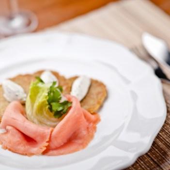 Gravad lax com panquecas de batata - Gebeitzter Lachs mit Kräuterquark und Reibekuchen