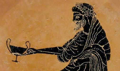 """No século VII a.C. os Gregos instalaram-se na Península Ibérica e desenvolveram a viticultura, dando uma particular atenção à arte de fazer vinho. Na necrópole de Alcácer do Sal foi encontrada uma """"cratera"""" grega de sino, vaso onde os Gregos diluíam o vinho com água antes de o consumirem."""