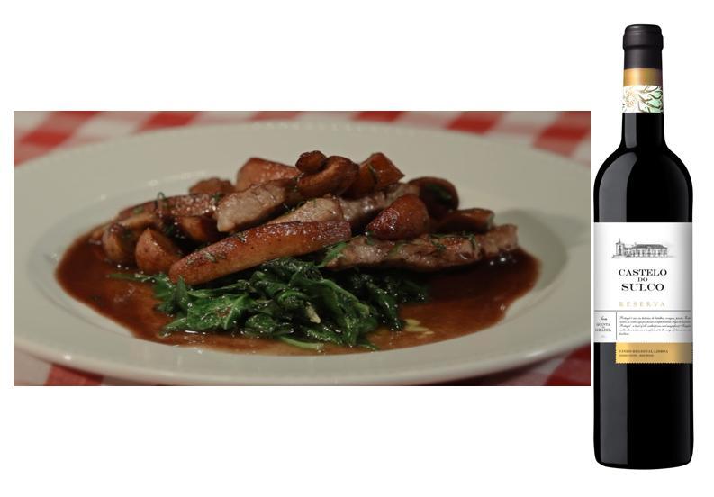 Ingredientes 1 (golden) Maçã 200g de lombo de Porco 50g de (Paris) Cogumelos q.b. Azeite 25g de Manteiga 1/2 copo de (Porto) Vinho 1/2 embalagem de (pré-lavados) Espinafre q.b. Flor de Sal q.b. Pimenta 1 dente de (picado) Alho  Para o Lombinho de Porco 1º Corte a maçã em quatro, descasque, descaroce-a e corte em gomos. 2º Corte o lombo de porco em fatias finas. 3º Corte os cogumelos Paris em quatro. 4º Coloque as fatias de porco na frigideira. Frite um minuto de cada lado. 5º Tempere com flor-de-sal e pimenta. 6º Quando começar a ficar dourada, vire. Retire as fatias. 7º Coloque a maçã numa frigideira bem quente para absorver o sabor do porco, junte um pouco de manteiga. 8º Quando a maçã começar a caramelizar, vire. 9º Junte os cogumelos e envolva bem. 10º Adicione meio copo de vinho do porto e flameje a mistura. 11º Enquanto o molho ferve, junte o porco para que continue a cozinhar. 12º Com uma colher regue os lombinhos de porco. 13º Deixe o molho reduzir bem. 14º Na fase final, junte um pouco de manteiga para ligar o molho. Para os Espinafres Salteados 15º Coloque azeite numa panela e 1 dente de alho picado a refogar. 16º Acrescente os espinafres e o sal. 17º Distruibua os espinafres salteados no centro do prato, os lombinhos de porco por cima, e a maçã com cogumelos, por cima e à volta.