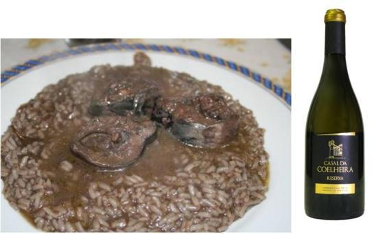Ingredientes: – 1 lampreia com cerca de 1 Kg – 150 g de toucinho gordo – 2 dl de vinho branco – 2 colheres de sopa de vinagre – 2 cebolas – 3 dentes de alho – 1 ramo de salsa – 1 colher de chá de colorau – Piripiri – Sal e pimenta Amanha-se a lampreia e aproveita-se o sangue para uma tigela com o vinagre. Mexe-se para não coagular. Depois, num tacho de barro, põem-se as cebolas os dentes de alhos, o sal, a pimenta, o piripiri, a salsa e o colorau, e colocam-se bocados de lampreia a cobrir. Por cima da lampreia os mesmos temperos. Rega-  se tudo com vinho e com as ovas se as tiver. À parte, numa frigideira, derrete-se o toucinho cortado aos bocadinhos. Deita-se a gordura sobre a lampreia. Põe-se o tacho ao lume e logo que comece a ferver reduz-se. Quando estiver pronta adiciona-se três colheres de sangue.Levanta fervura e serve-se acompanhado de arroz branco, onde se misturou o restante sangue.