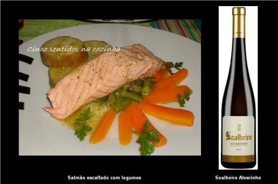 Ingredientes 2 lombos de salmão sumo de 1 limão sal e pimenta preta q.b. 1 haste de aipo 1 c. chá de grãos de mistura de pimenta rosa e preta 2 folhas de louro 1/2 cenoura 1/2 alho francês 1 dente de alho  1 ramo de cheiros ( salsa, coentros e tomilho) 1 . sopa de vinagre ( ou sumo de limão) manteiga q.b. aneto Espiga q.b. legumes cozidos a gosto 1. Comece por temperar os lombos de salmão ( descongelados) com sumo de limão, sal e pimenta. Deixe tomar gosto. 2. Num tacho coloque cerca de 1 lt de água. Junte o alho francês e a cenoura às rodelas, o aipo em tiras finas, as pimentas , o ramo de cheiros, as folhas de louro e o dente de alho com casca. Tempere com uma pitada de sal e leve ao lume brando, deixando cozinhar por uns 20 a 25 minutos sempre com o lume no mínimo.  3. Passado este tempo aumente o lume, deixe que ferva bem e junte o vinagre. Coloque de imediato o salmão com cuidado para não se desfazer, baixe novamente o lume  e deixe escalfar uns 3 a 4 minutos. Retire o peixe passado este tempo senão fica seco.  4. Derreta a manteiga com o aneto. Coloque no prato os legumes e por cima o peixe. Regue com a manteiga com aneto e sirva de imediato. Pode ainda acompanhar com salada.
