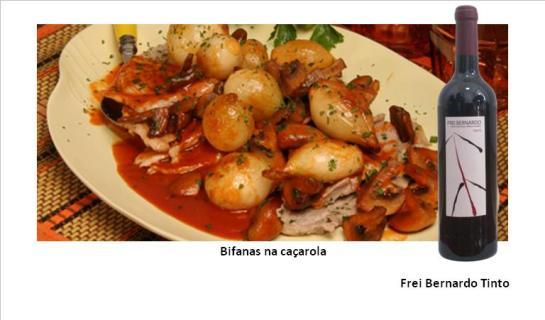 Ingredientes:   500 g de bifanas de porco cortadas finas  Sal e pimenta q.b.  200 g de cogumelos frescos  8 cebolinhas  2 colheres (sopa) de banha  1 dl de vinho branco ou vinho do Porto  2 colheres (sopa) de polpa de tomate   Preparação:  Tempere as bifanas com sal e pimenta. Lave os cogumelos e corte-os em quartos ou em lâminas. Descasque as cebolinhas. Leve ao lume uma frigideira com a banha, deixe aquecer bem, junte as bifanas e deixe-as fritar de ambos os lados. Retire as bifanas, reserve-as em local quente, junte os cogumelos e as cebolinhas à mesma frigideira e deixe cozinhar até ficarem bem douradinhos. Junte o vinho branco (ou vinho do Porto) e a polpa de tomate, tempere com sal e pimenta, junte de novo as bifanas e deixe cozinhar para apurar. Sirva decorado a gosto, se quiser polvilhado com salsa picada.