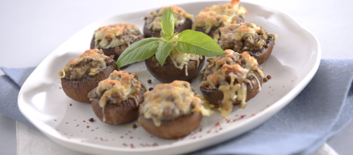 COGUMELOS GRATINADOS Ingredientes:  400 g de cogumelos  150 g de queijo mozzarella  1 cebola média  1 dl de azeite  Tomilho q.b.  Sal e pimenta q.b.   Preparação: Lave bem os cogumelos, retire-lhes o pé e pique-o finamente. Descasque e pique também a cebola, misture com o pé dos cogumelos picados e tempere com sal, pimenta e azeite. Aqueça o forno a 180 graus. Recheie a cavidade dos cogumelos com o preparado anterior, auxiliando-se de uma colher, e coloque-os num tabuleiro. Polvilhe os cogumelos com o queijo mozzarella e leve ao forno até gratinarem. Retire, deixe arrefecer ligeiramente, polvilhe com tomilho e sirva.