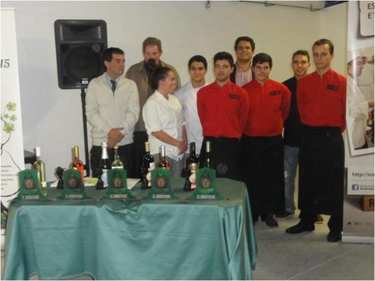 A Turma da Escola de Hotelaria e Turismo de Caldas, com o Professor Guilherme, o director Dr. Daniel Pinto e o Dr. Vasco d'Avillez Presidente da CVR de Lisboa
