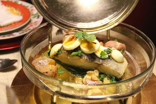 BACALHAU DE CONSOADA Cozer a couve portuguesa, as batatas, os ovos e 5 lombos de bacalhau. Depois da cozedura, retirar todos os ingredientes e colocar num tabuleiro de ir ao forno, regado com azeite e alhos (previamente aquecidos). Deixar 10 a 15 minutos no forno a alourar. Pronto a servir.