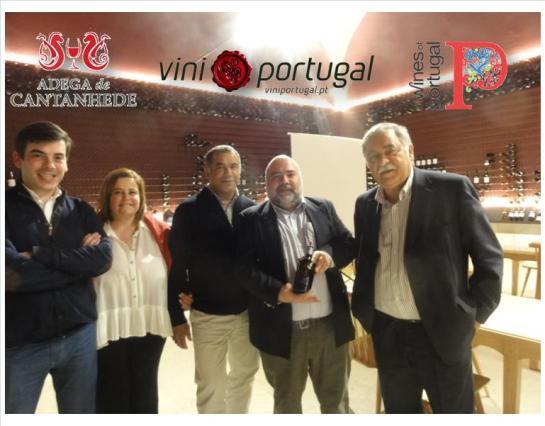 Ladeado por algum Staff que veio de Cantanhede: Engº Tiago Maçãs, engº Osvaldo Amado (enólogo principal), eu e Sr. Victor Damião (Presidente)
