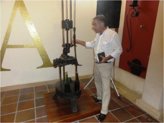 Sr. Alexandrino Amorim, mostrando como se opera com uma enrolhadora dos anos 40!
