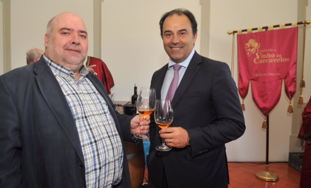 Um brinde com o Sr. Presidente da Câmara, Dr. Paulo Vistas. Com Carcavelos, pois então.