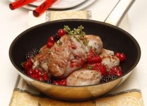 medalhoes-de-porco-com-molho-de-frutos-silvestres