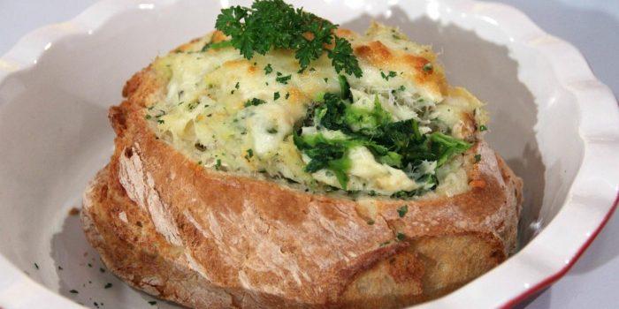 Bacalhau cremoso no pão com grelos salteados