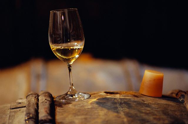 Um copo de Riesling de Chablis estagiado em Madeira. Imagem © Owen Franken/CORBIS