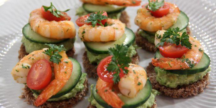 Tapas de camarão com pasta de abacate