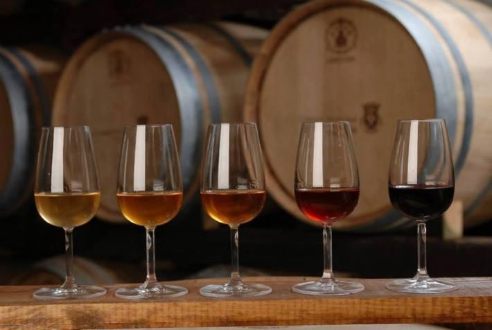 Carcavelos, um vinho de grande envelhecimento. Da esquerda para a direita, dos vinhos mais recentes aos mais antigos