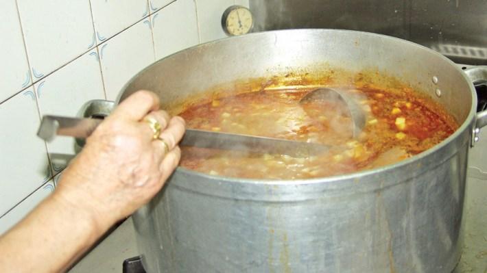 A típica Sopa da Pedra ou Sopa Escura de Almeirim em preparacao