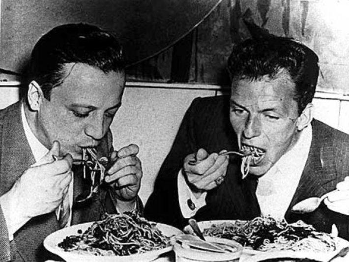 Frank Sinatra devorando massas italianas. Adivinhe quem é na foto. Aceitam-se comentários