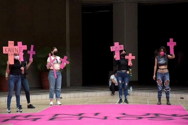 Pintan enorme cruz rosa en protesta por feminicidios en noroeste de México