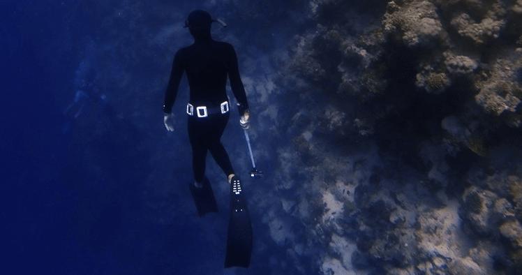 Immagine di apneista con scogliera