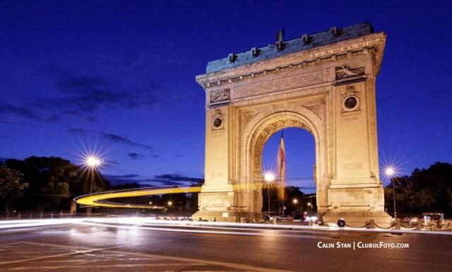 """Arcul de Triumf din Bucuresti, la """"ora albastra"""" (dupa apusul soarelui)"""