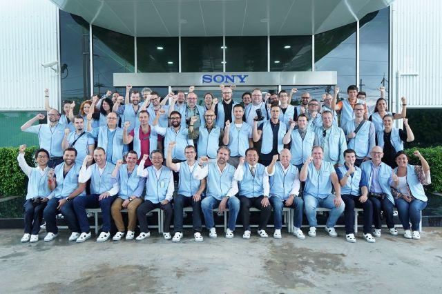 Echipa de jurnalisti europeni si stafful Sony, in fata fabricii din Chonburi, langa Bangkok. Foto: Sony Thailand