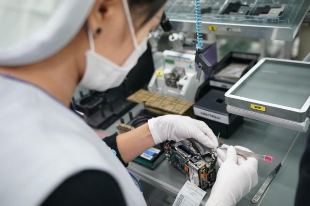Contrar asteptarilor, asamblarea camerelor Sony se realizeaza manual
