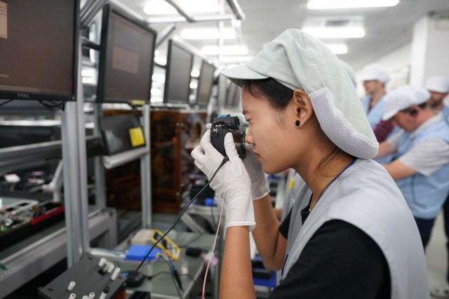 Anumite caracteristici ale camerelor sunt verificate manual, pe linia de asamblare.
