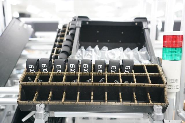 La final, camerele sunt introduse in cutii, alaturi de accesoriile standard si apoi pleca direct catre rampa de incarcare pentru distributia internationala