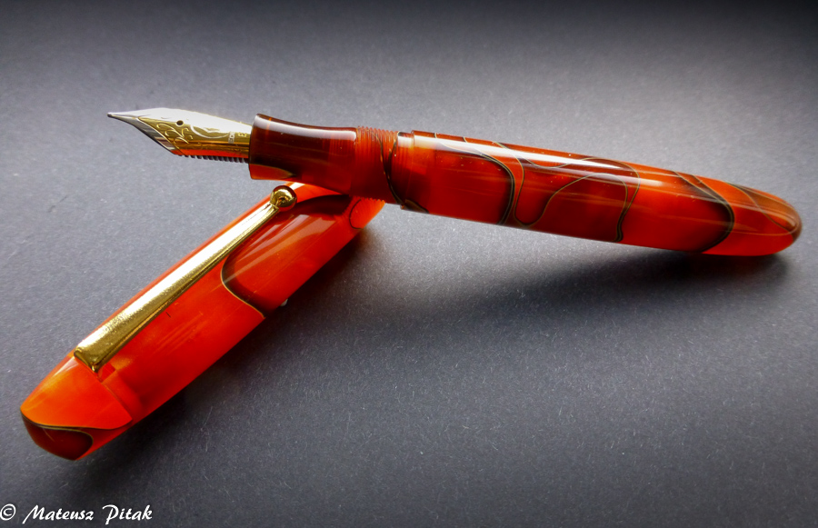 Hi Everyone! Slowly but firmly I am adding new content to my website. Today I would like to share with you, a short review of the really beautiful and adorable pen I have since couple of months now - Edison Collier with stunning Persimmon Swirl pattern.