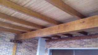 Colocación de una viga de refuerzo de estructura en el porche de un chalet en Majadahonda