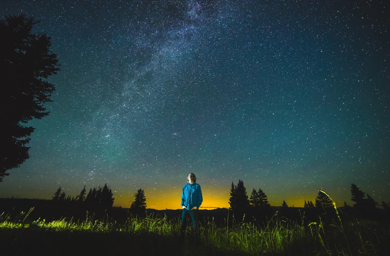 Fotografija koja prikazuje čovjeka u sumraku.
