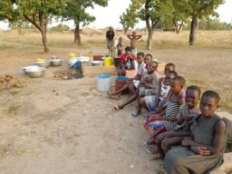 Selo Kpalbutabo. Sušno je doba godine, svi čekaju u redu za vodu.