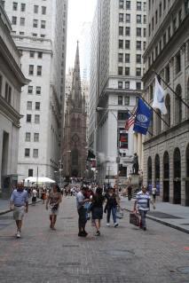 Wall Street avec Trinity Church tout au bout