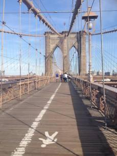 La passerelle pour piétons du pont de Brooklyn