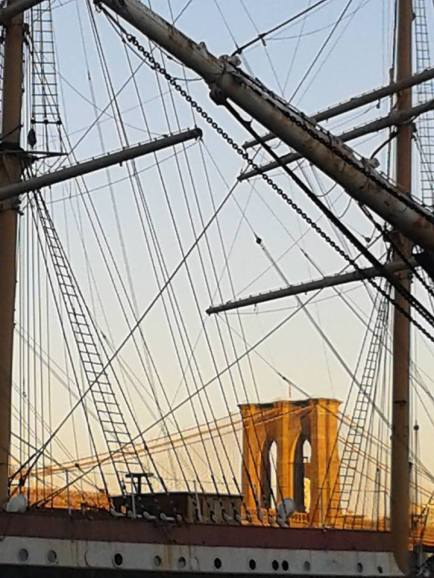 Le pont de Brooklyn à travers les mâts des voiliers du South Street Seaport