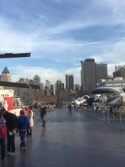 Vue sur pont d'envol et les immeubles de Manhattan. (Photo Laurence Bajeux)