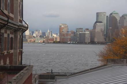 Vue sur Manhattan depuis une fenêtre du bâtiment principal d'Ellis Island