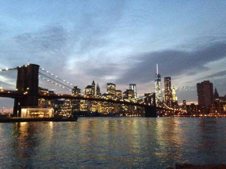 La nuit tombe sur le pont de Brooklyn et la skyline du Financial District