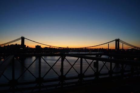 Le Manhattan Bridge au lever du soleil, depuis le pont de Brooklyn