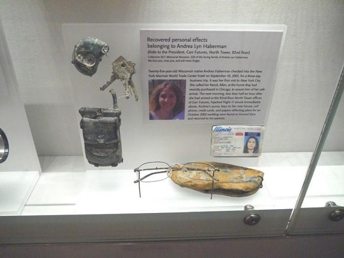 Objets personnels retrouvés dans les décombres des tours du World Trade Center et désormais exposés au 9/11 Museum